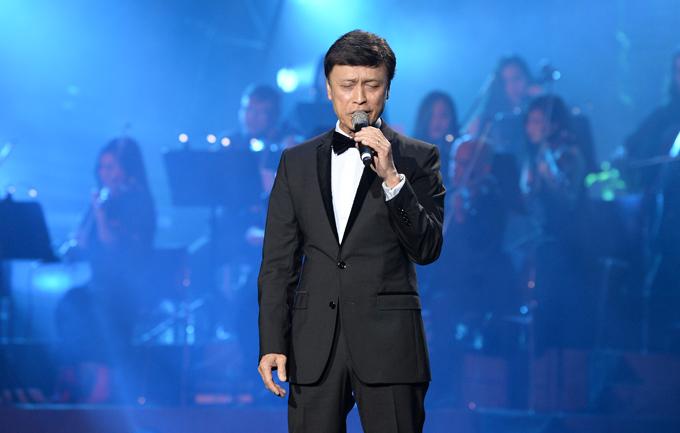 Danh ca Tuấn Ngọc vẫn giữ được phong độ ổn định ở tuổi 71 khi hát Như đã dấu yêu, Mùa đông của anh.