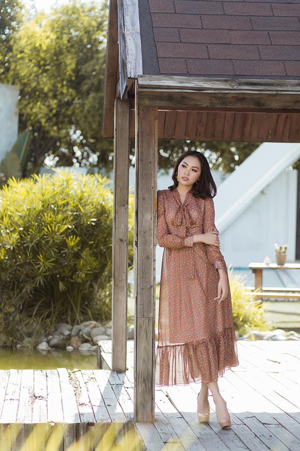 Những chất liệu nhẹ tênh như voan lụa, chiffon lụa phù hợp với tiết trời xuân phương Nam đều được thể hiện sống động trên các dáng váy tôn nét nữ tính.