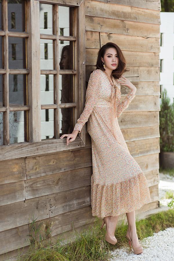 Ở bộ sưu tập này, nhà thiết kế tập trung vào các kiểu váy dáng dài và ảnh hưởng hơi hướng cổ điển để mang tới các mẫu đầm đi chơi Tết cho phái đẹp.