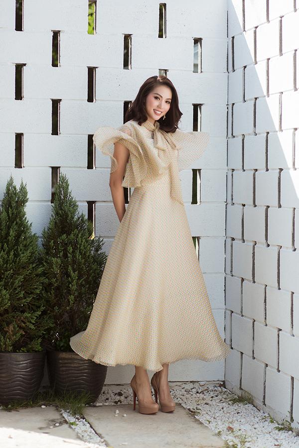 Bên cạnh các mẫu đầm dành để đi chúc Tết, đi dạo phố xuân là các thiết kế váy maxi có thể sử dụng khi góp mặt tại các buổi liên hoan, tiệc tùng cuối năm.