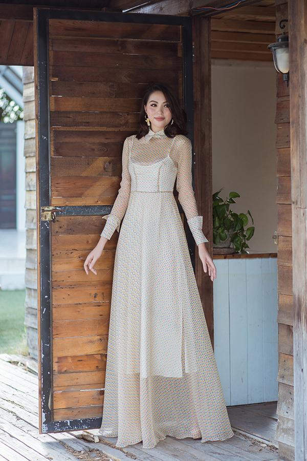 Chất liệu vải xuyên thấu, vải trong suốt được kết hợp một cách tinh tế để tạo độ gợi cảm nhưng vẫn không làm mất đi nét thanh lịch cho mẫu trang phục.