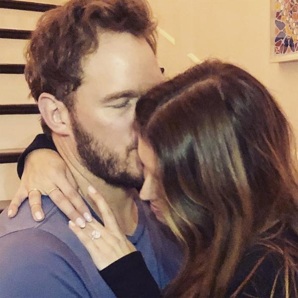 Chris Pratt đăng hình ôm hôn Katherine Schwarzenegger, thông báo đính hôn.