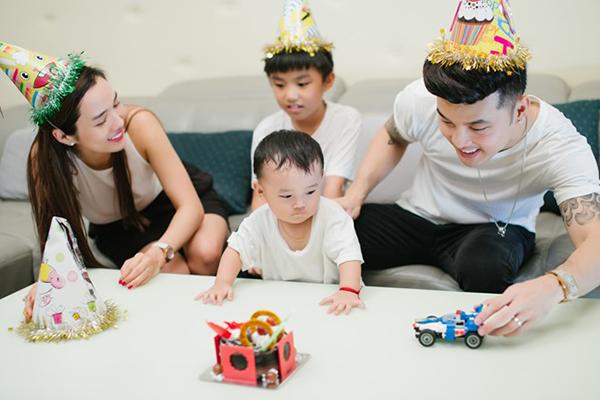 Sau đám cưới cuối năm 2018, Ưng Hoàng Phúc và Kim Cương cởi mở hơn khi chia sẻ về nhau cũng như tổ ấm của mình. Cặp đôi và hai con trai đang sống trong căn biệt thự hiện đại, nằm tại một khu đô thị yên tĩnh ở TP HCM.