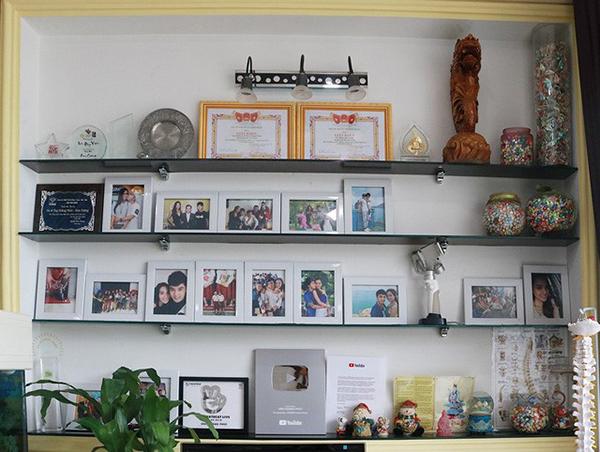 Một góc của phòng khách còn trưng bày nhiều kỷ niệm chương và giải thưởng âm nhạc của Ưng Hoàng Phúc. Đây là góc nhà mà nam ca sĩ tự hào nhất bởi những thành quả mà anh đạt được.