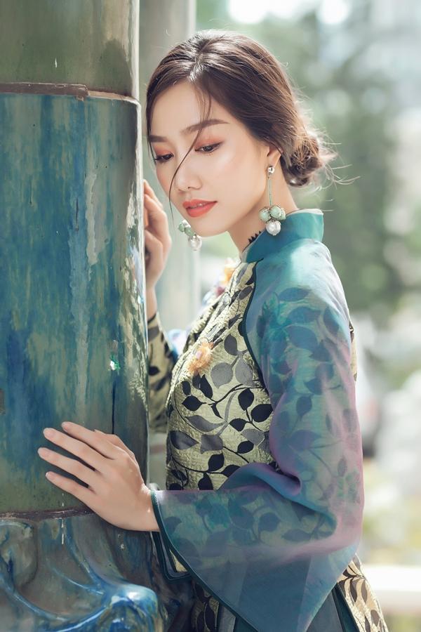 Các mẫu áo dài vẫn giữ phom dáng cổ điển với cổ trụ, tay raglan.