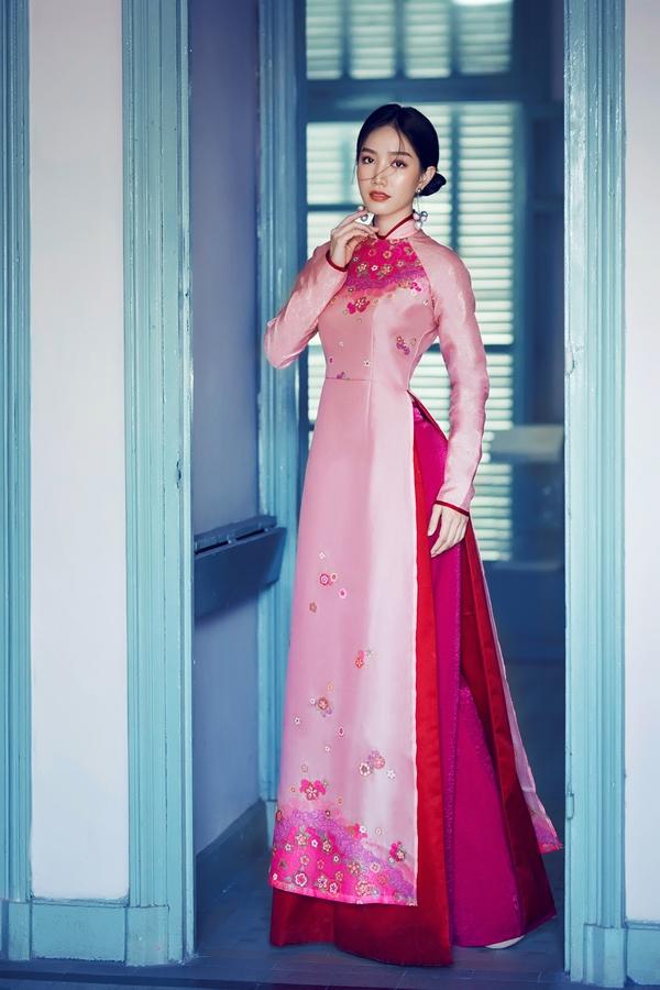 Hồng Tuyết nổi bật trong những thiết kế áo dài màu màu sắc rực rỡ như đỏ, vàng, xanh, hồng,&