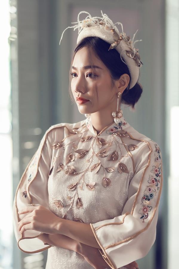 Một số mẫu áo dài kèm mấn giúp phái đẹp thêm duyên dáng khi diện áo dài xuống phố chơi xuân.