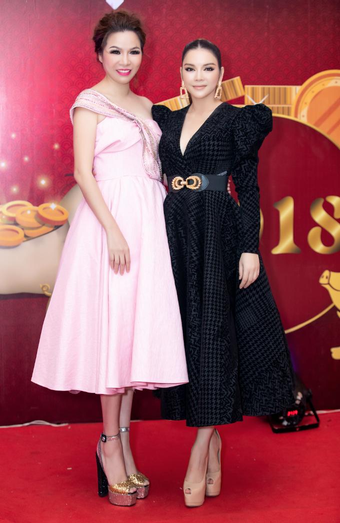 Hoa hậu tạo dáng bên diễn viên Lý Nhã Kỳ,hai người là bạn bè thân thiết của nhau.Lý Nhã Kỳ có mặt từ rất sớm tại sự kiện, cô đồng thời là giám khảo của cuộc thi Ngôi sao vệ sĩ 2018 do tập đoàn bảo vệ Long Hoàng tổ chức.
