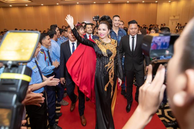Hoa hậu Bùi Thị Hà chi 3 tỉ đồng cho tiệc tất niên công ty - 4