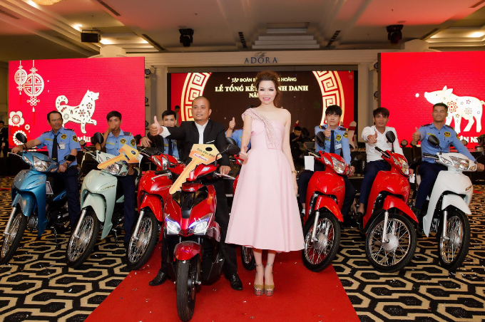 Lý Nhã Kỳ, Trương Ngọc Ánh dự tiệc tất niên của Hoa hậu Bùi Thị Hà - 4