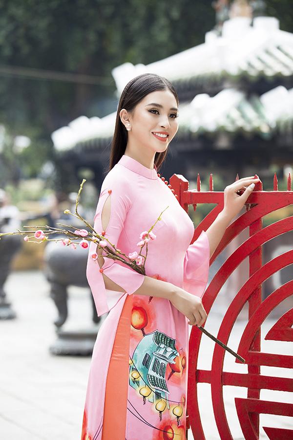 Áo dài là trang phục được sử dụng quanh năm, nhưng vào dịp Tết Nguyên đán trang phục này được ưa chuộng nhiều hơn. Trước nhu cầu của phái đẹp, các nhà mốt Việt không ngừng mang tới nhiều bộ sưu tập mới.