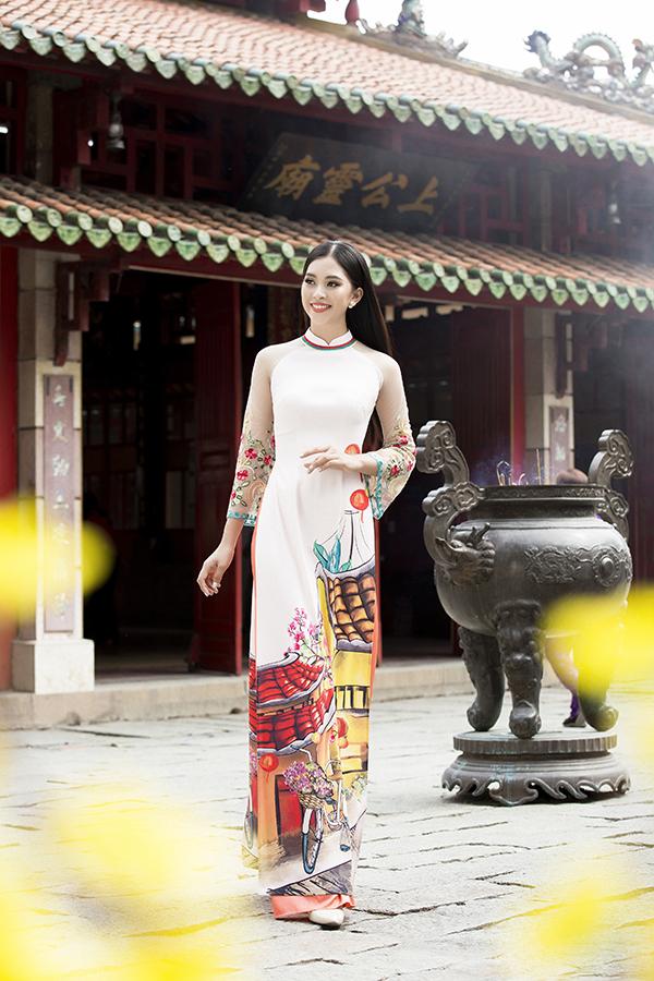Nhà thiết kế đã mời hoa hậu Tiểu Vy thể hiện các mẫu trang phục mới của mình. Anh hy vọng người đẹp xứ Quảng sẽ truyền tải một cách chân thực nhất vẻ đẹp của những tà áo dài tựa như bức tranh về phong cách phố Hội.