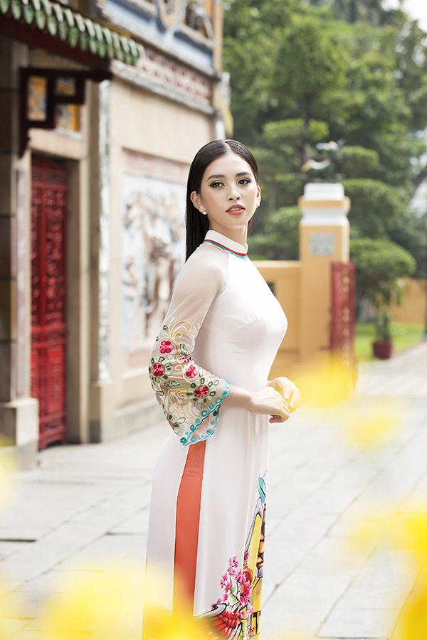 Kết hợp cùng phần tà áo in hoạ tiết theo phong cách tranh màu nước là chi tiết đính kết, thêu và trang trí hoa nổi cho tay áo.