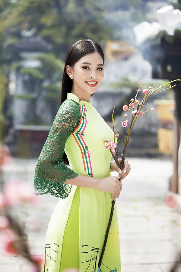 Để mang tới các mẫu áo dài phù hợp với tiết trời xuân phương Nam, Ngô Nhật Huy khéo léo kết hợp chất liệu ren thoáng mát đi cùng vải lụa mềm mỏng.