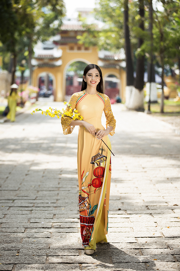 Áo dài lấy cảm hứng từ vẻ đẹp của phố cổ Hội An được thể hiện trên nhiều tông màu bắt mắt và hợp với xu hướng thời trang xuân hè 2019.