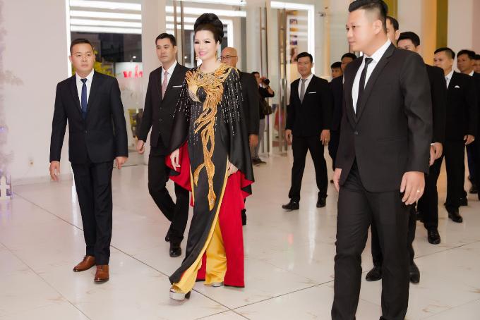 Hoa hậu Bùi Thị Hà chi 3 tỉ đồng cho tiệc tất niên công ty - 2