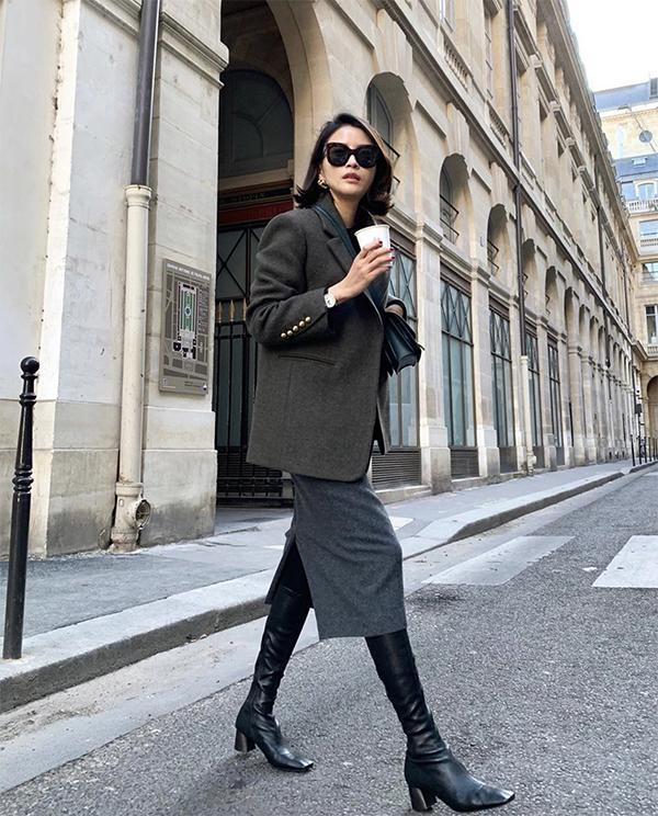 Blazer thiết kế trên chất liệu vải dạ là người bạn đồng hành lý tưởng của chị em công sở Hà Nội ở mùa này. Chúng vừa có khả năng giữ ấm lại vừa tôn nét thanh lịch cho người mặc.