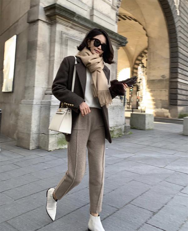 Khi kết hợp áo vest cùng quần dạ, người mặc lại có được nét cá tính và trẻ trung thay vì các mẫu phối nó với kiểu quần jeans, quần âu quen thuộc.