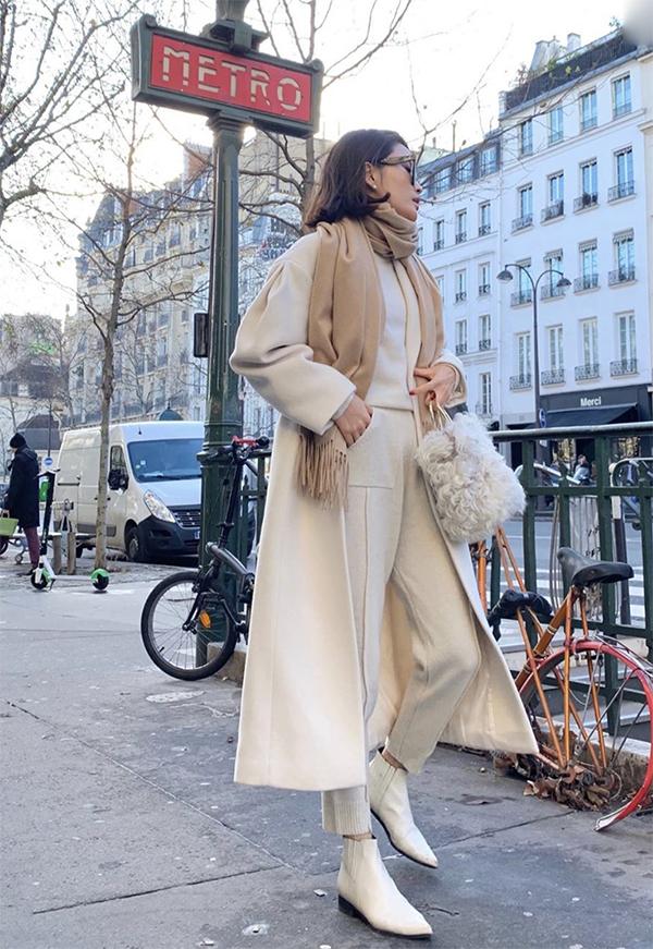 Vào những ngày đại hàn, áo măng tô luôn là lựa chọn lý tưởng. Có nhiều cô nàng mê chưng diện chỉ chờ trời lạnh để được phối đồ đông sang chảnh.