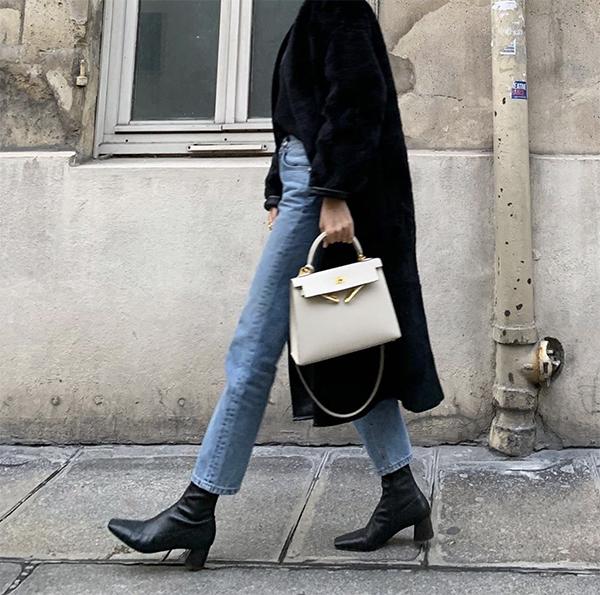 Măng tô, bốt cổ thấp, jeans và các kiểu áo dệt kim luôn tạo nên sự hoàn hảo cho một set đồ đông. Chính vì thế, các nàng luôn áp dụng công thức này dù nó không quá mới mẻ.