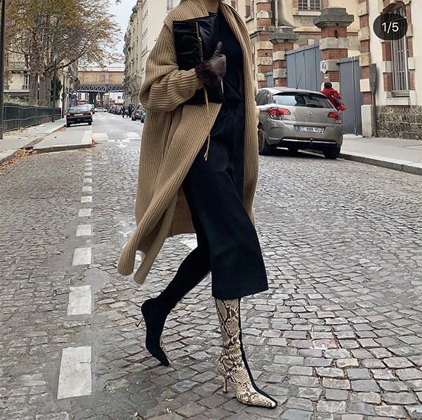Cardigang dáng dài tông nâu ấm áp được phối cùng một cây đen giúp các nàng công sở thêm sành điệu khi xuống phố.