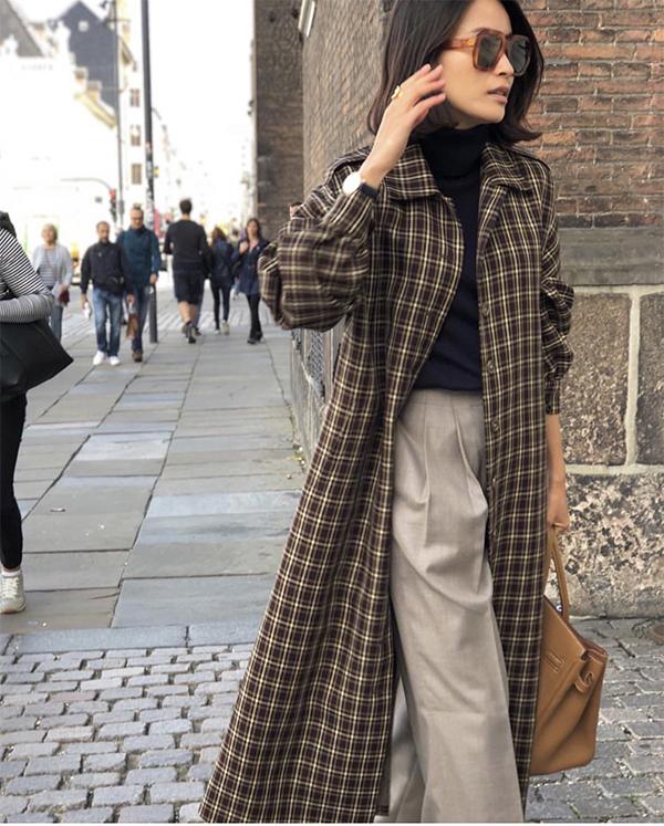 Những cô nàng có vóc dáng cao ráo có thể phối khoác ca rô dáng dài được kết hợp cùng áo cổ lọ, quần ống rộng và túi xách tay dáng lady khi đi làm.