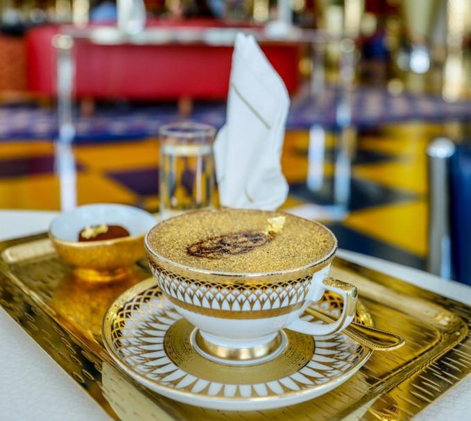 Món cà phê uống xong, miệng dính đầy vàng ở Dubai