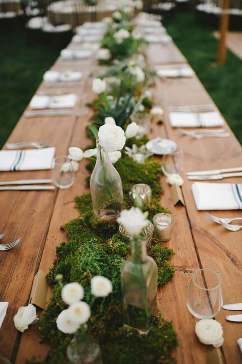 Đám cưới trong sân vườn giúp khách mời cảm thấy hòa mình với thiên nhiên, không có sự gò bó. Vì thế, hôn lễsẽ có sự gần gũi và ấm cúng hơn.