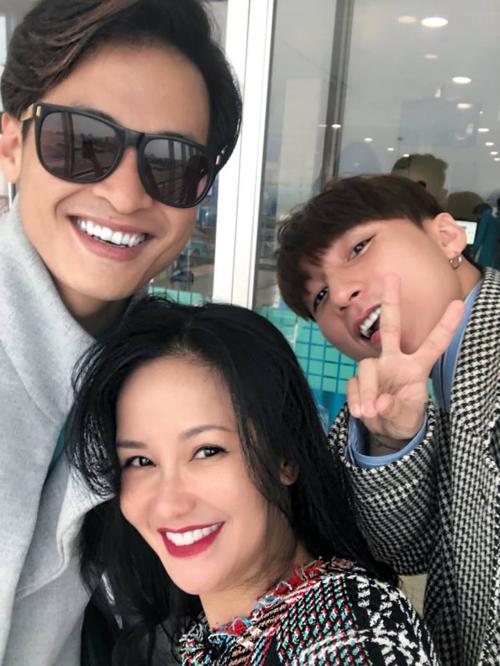 Có ba thế hệ nghệ sĩ đụng nhau giữa hối hả bay show cuối năm, ca sĩ Hồng Nhung chia sẻ về bức ảnh hội ngộ cùng Hà Anh Tuấn, Sơn Tùng M-TP.