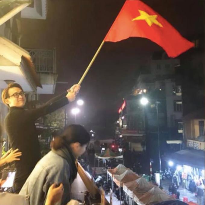 MC Quang Bảo cho biết: Ngày này một năm trước. Hôm nay tôi vẫn tư thế này chúc mừng đội tuyển Việt Nam nhé.