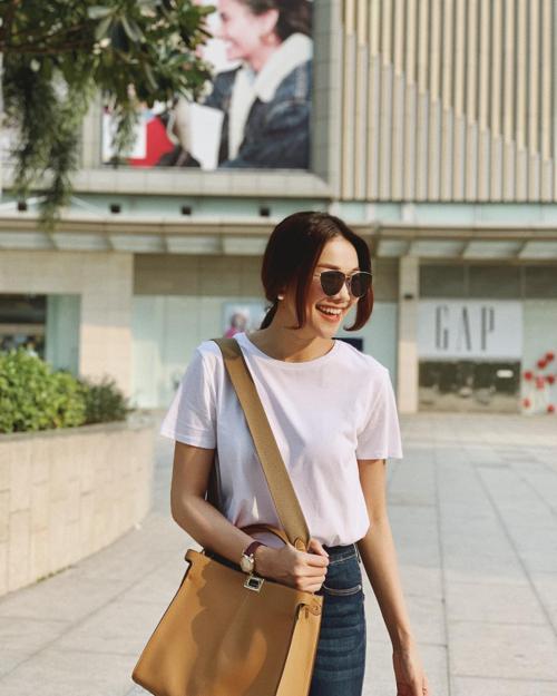 Siêu mẫu Thanh Hằng thấy mình giống sinh viên mới ra trường.