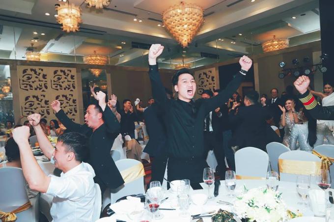 MC Thành Trung, ca sĩBằng Kiều, Tú Dưahét lên sung sướngkhi tuyển Việt Namgiành chiến thắng trước Jordan.