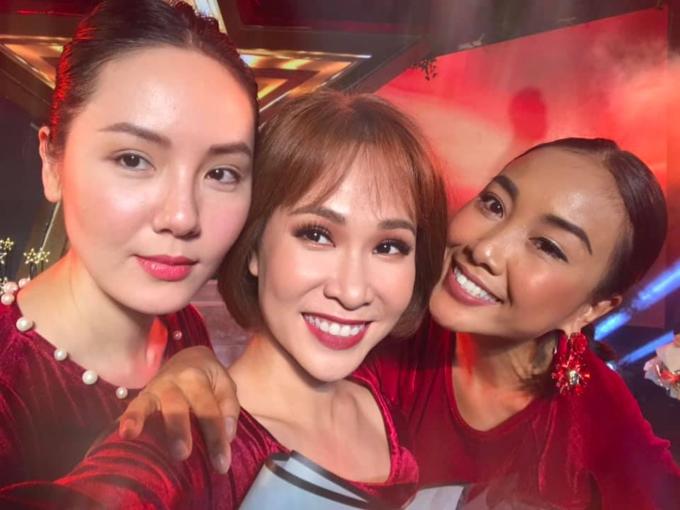 Ca sĩ Phương Linh, Uyên Linh và Đoan Trang selfie ghi lại khoảnh khắc hạnh phúc vỡ oà khiđội tuyển Việt Nam chiến thắng.