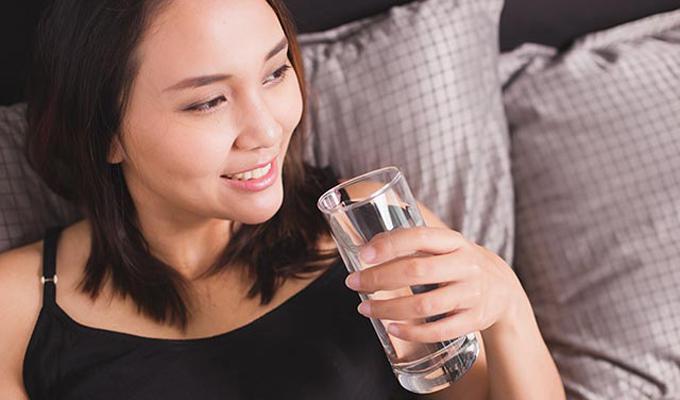 Lười uống nước Nước không chỉ giúp các cơ quan trong cơ thể hoạt động trơn tru mà còn cung cấp độ ẩm cho làn da. Làn da thiếu độ ẩm sẽ trở nên sần sùi, khô ráp,dễ xuất hiện nếp nhăn. Nên uống đủ 2 lít nước mỗi ngày, vừa tốt cho sức khỏe, vừa giúp làm đẹp da từ bên trong.