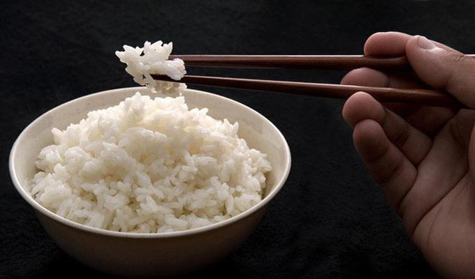 Ăn nhiều cơm Cơm chứa nhiều tinh bột xấu, khi ăn vào sẽ nhanh chóng bị cơ thể chuyển hóa thành đường, tạo ra AGEs, gây ra các nếp nhăn trên da. Nên sử dụng các loại tinh bột tốt để thay thế cơm trắng như ngũ cốc nguyên hạt, gạo lứt...