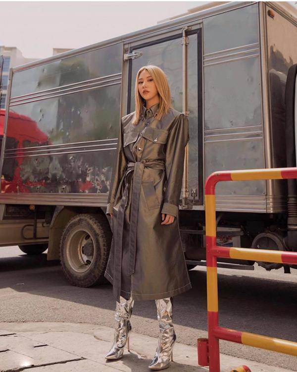 Đối với Quỳnh Anh Shyn hụ kiện độc đáo và hợp xu hướng là thứ không thể thiếu khi xuống phố. Ở set đồ này, cô chọn bốt metlic được ưa chuộng ở mùa mốt 2018 để mix đồ.
