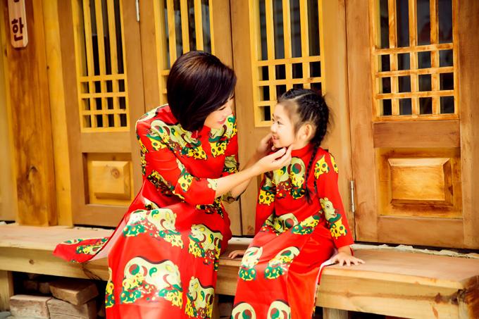 Bệnh của tôi giống như trẻ con, bây giờ có thể rất khỏe nhưng ngày mai có khi lại phải nằm một chỗ, Mai Phương nói. Cũng vì suy nghĩ này, cô mới nhận lời mời của NTK Minh Châu chụp bộ áo dài kỷ niệm cùng con gái.