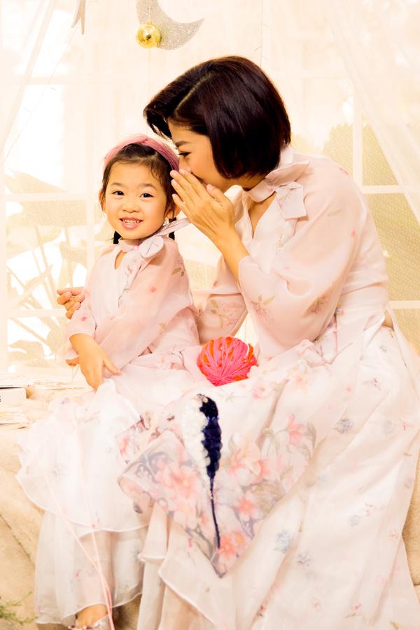 Bộ ảnh được thực hiện với sự hỗ trợ của make-up Tuyết Nhi.