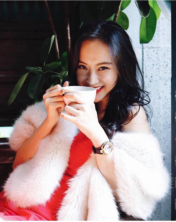 Vào những ngày chớm đông, Angela Phương Trinh đã chọn áo khoàng kiểu dáng đơn giản để phối cùng mẫu váy tông đỏ tươi.