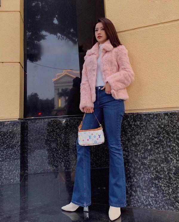 Chi Pu tạo điểm nhấn cho street style bằng hình ảnh mang đậm dấu ấn phong cách cổ điển với kiểu áo lông hồng nhạt đi cùng quần jeans ống loe.
