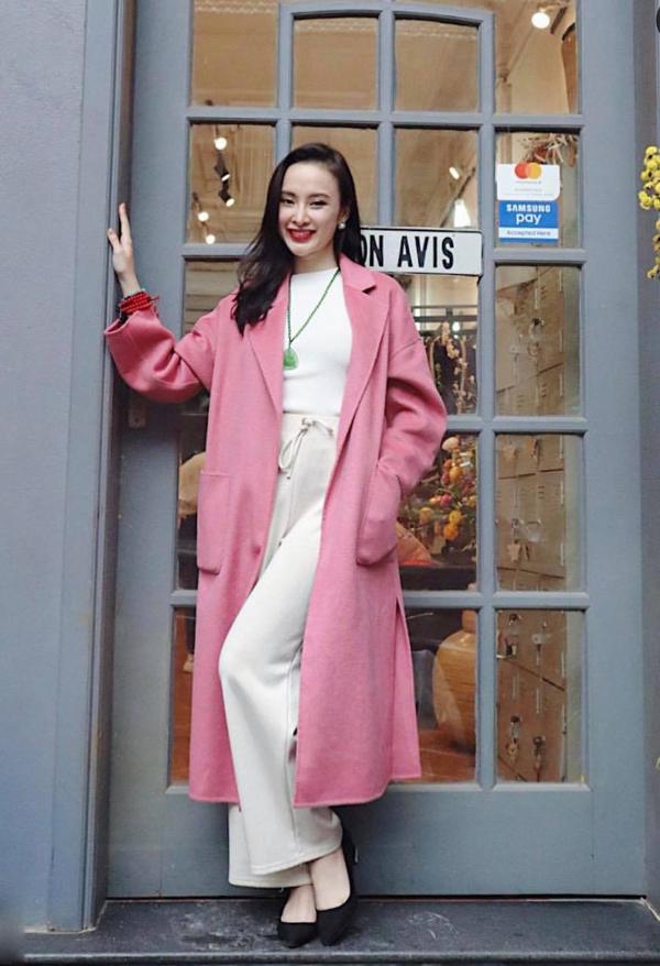Trong chuyến công tác tại Hà Nội, Phương Trinh sử dụng áo khoác hồng hot trend để mix cùng một cây trắng.