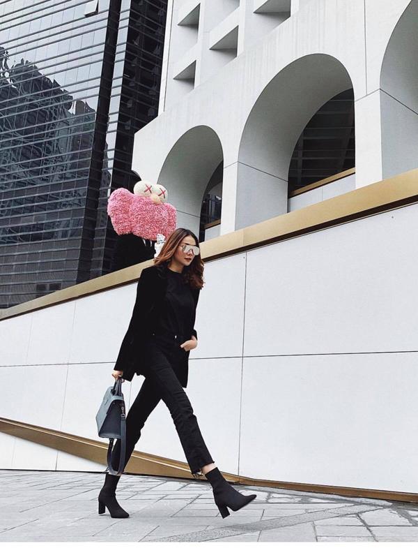 Thanh Hằng khoe hình ảnh năng động và hiện đại khi sải bước trên phố Hong Kong với set đồ đen gồm blazer, jeans xé gấu và bốt hot trend.