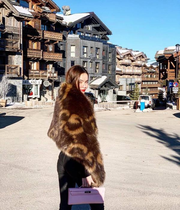 Áo lông thú là trang phục không thể thiếu của Hồ Ngọc Hà khi đi lưu diễn, du lịch ở châu Âu.