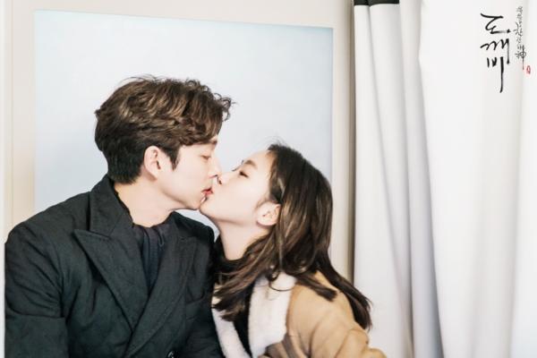 Goblinđược chấpbút bởi biên kịch Kim Eun Sook và đạo diễn Lee Eung Bok - bộ đôi tạo ra hiện tượng Hậu duệ mặt trời. Bộ phim giả tưởng có nội dung xoay quanh chuyện tình của yêu tinh Kim Shin (Gong Yoo) và cô dâu yêu tinh Ji Eun Tak (Kim Go Eun). Kim Shin là yêu tinh bất tửvà luôn phải chịu đựng nỗi đau mất mát người thân lặp lại trong suốt hơn 900 năm. Anh luôn loay hoay đi tìm cô dâu yêu tinh để kết thúc cuộc sống bất tử đau khổ của mình. Sau đó, Kim Shin gặp gỡ Ji Eun Tak - cô dâu loài người mà anh tìm kiếm bao lâu nay. Chuyện tình đẹp nhưng buồn của hai người sẽ đưa khán giả trải qua nhiều cung bậc cảm xúc khó tả. Bên cạnh đó, câu chuyện xoay quanh hai nhân vật phụ là thần chết Wang Yeo và Sunny - em gái yêu tinh Kim Shin trong Goblincũng không kém phần hấp dẫn.