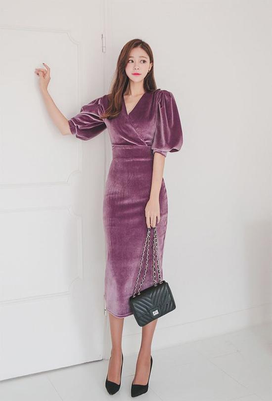 Váy nhung được xây dựng trên nhiều phom dáng mang tính ứng dụng cao. Tuy nhiên các cô nàng có thân hình hơi tròn trĩnh nên cân nhắc kỹ khi chọn các trang phục bóng bẩy này.