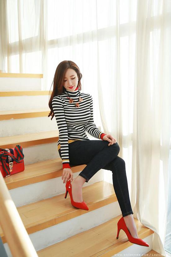 Ngoài các mẫu giày tông màu trung tính, những cô nàng yêu sự nổi bật có thể chọn giầy đỏ đậm, đỏ tươi hay đỏ đô để chưng diện.