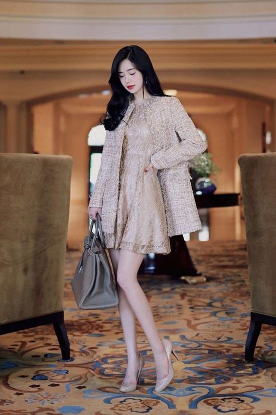 Khi sử dụng các bộ trang phục tông màu dịu mắt, giày màu nude hay trắng kem sẽ góp phần mang lại sự trang nhã cho tổng thể.