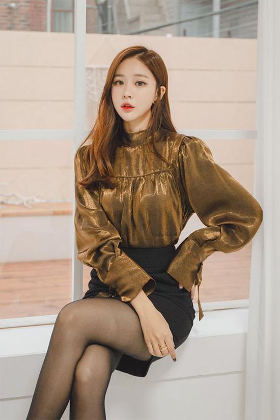 Xu hướng metalic đang khuấy đảo mùa mốt mới, vì thế chẳng có lý do gì mà không chọn ngay một mẫu blouse hợp dáng hay chân váy ánh kim tôn đường cong.