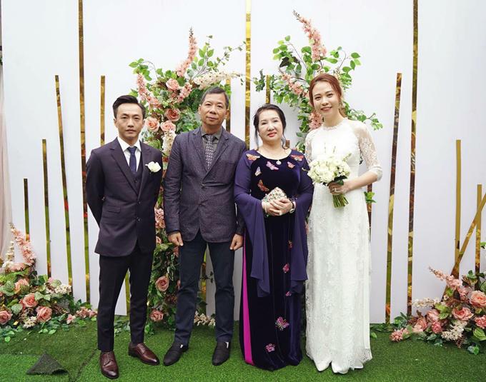 Áo dài ăn hỏi của Đàm Thu Trang được làm trong 2 ngày