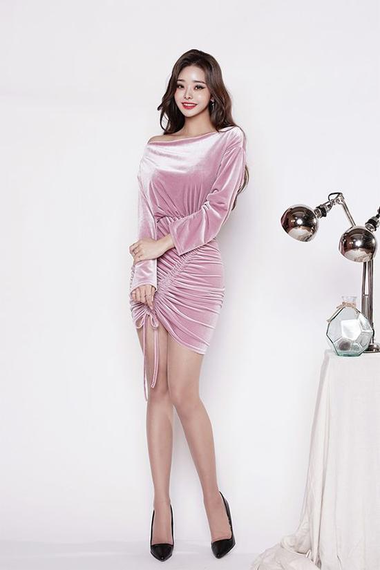 Váy nhung tông hồng thạch anh được trang trí dây rút đầy cá tính. Mẫu trang phục dành cho các cô nàng mảnh dẻ và sở hữu 3 vòng hoàn hảo.